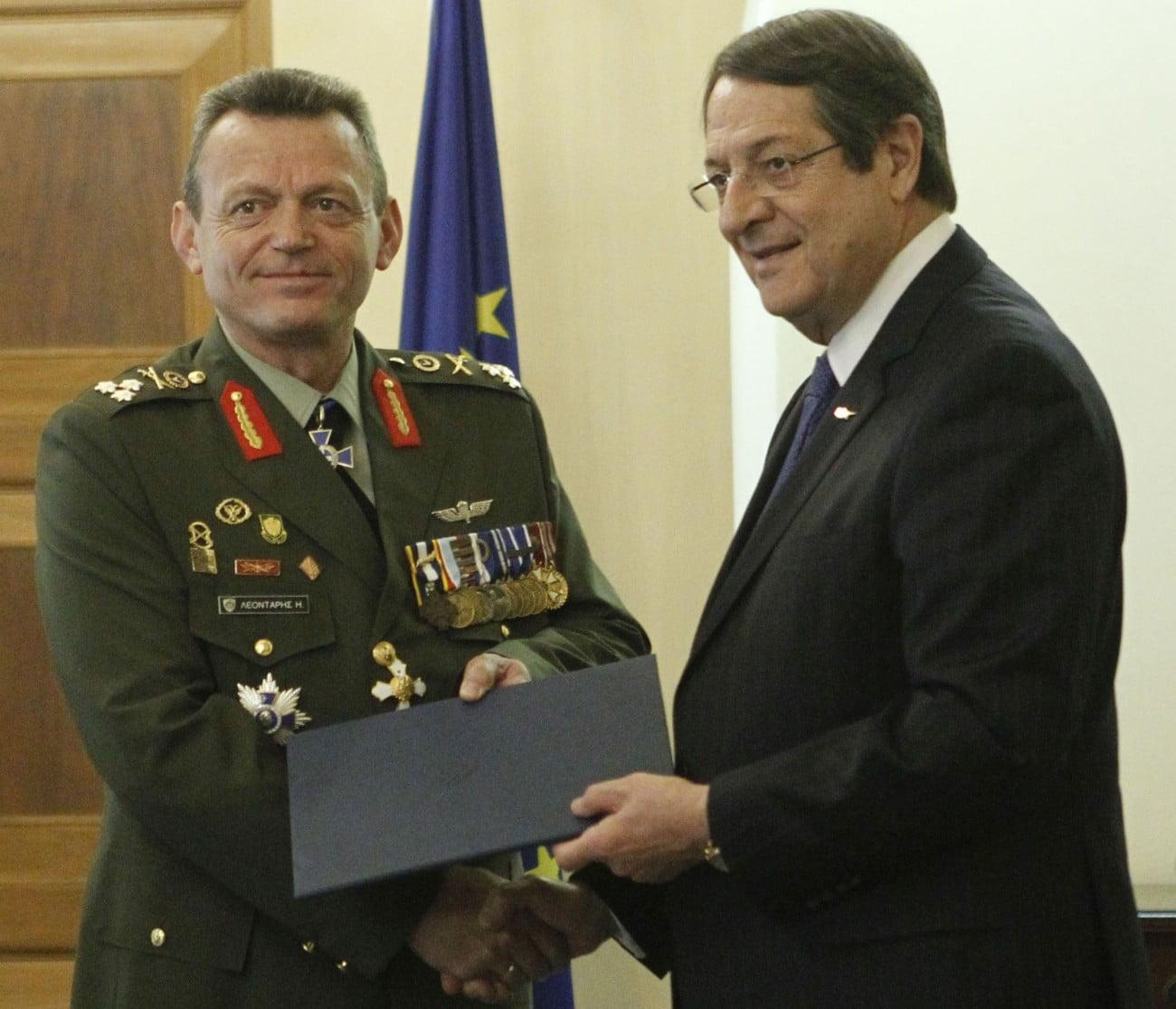Ο Αρχηγός της Εθνικής Φρουράς, Στρατηγός Ηλίας Λεοντάρης, αποχαιρετά τα όπλα
