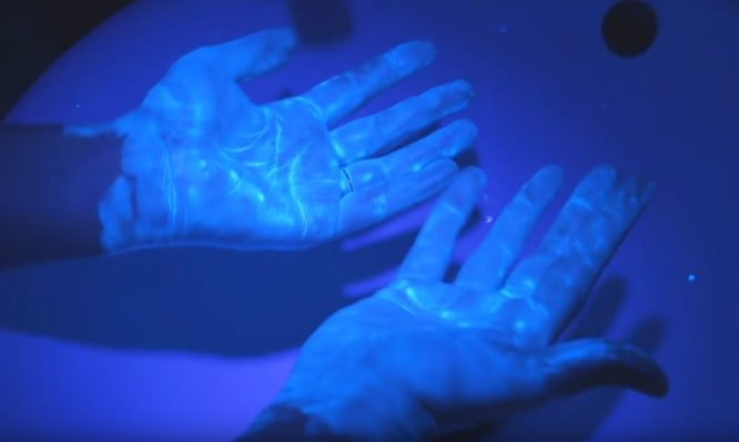 """Πώς ο κορονοϊός εξαϋλώνεται τρίβοντας 20"""" με σαπούνι και νερό – Τρομερή εικόνα με υπεριώδες φως [vid]"""