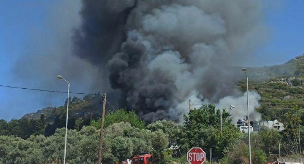 Βάζουν φωτιές, για να εκβιάσουν τη μεταφορά τους στην ηπειρωτική χώρα – Πληροφορίες για μετάβαση Μηταράκη στη Σάμο