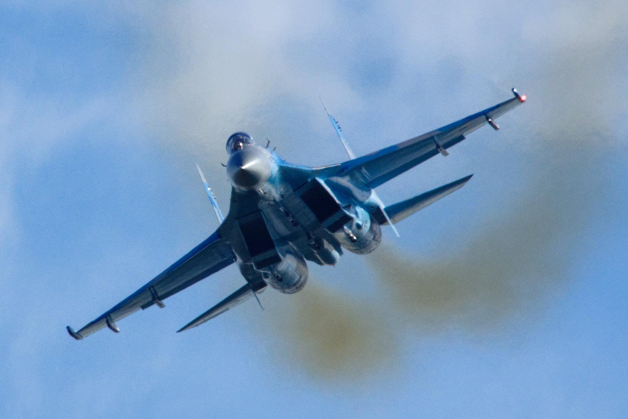 Ρωσικό μαχητικό Su-27 σε εντυπωσιακά πλάνα πάνω από τα βουνά της Κριμαίας – Βίντεο