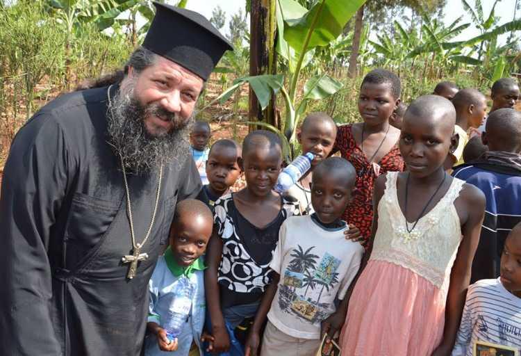 Ποιος είναι ο παπά-Γιώργης που πήγε «κόντρα σε όλους» και κοινώνησε πιστούς στο Κουκάκι