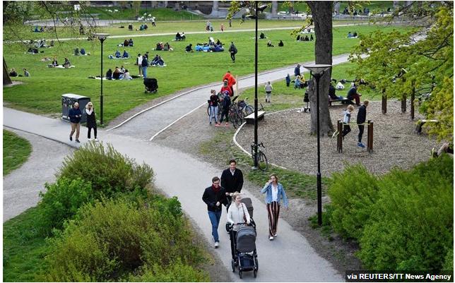 Bloomberg: Η Σουηδία αναθεωρεί τη στρατηγική της καθώς οι θάνατοι ηλικιωμένων αυξάνονται δραματικά