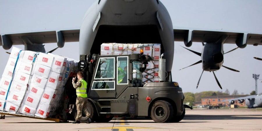 Η Αγγλία επιστρέφει ως ακατάλληλες 400 χιλιάδες προστατευτικές στολές που έστειλε η Τουρκία
