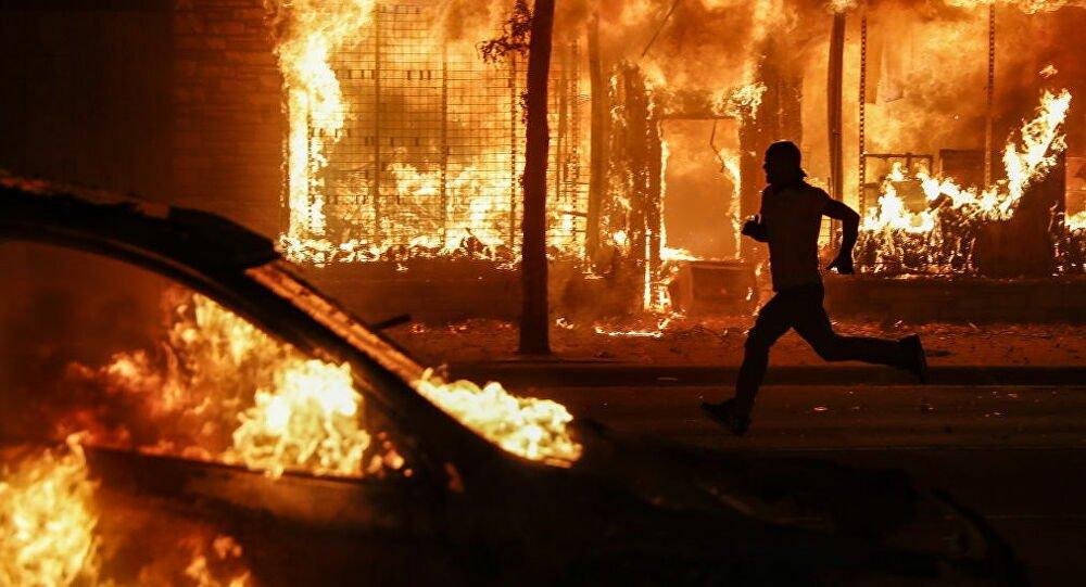 Οι ΗΠΑ στις φλόγες: Διαδηλώσεις και ταραχές σε πολλές μεγαλουπόλεις της χώρας – Βίντεο