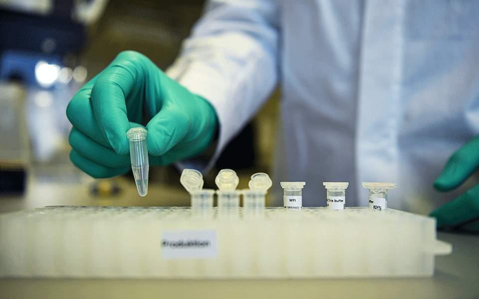 Οι ΗΠΑ αγοράζουν 300 εκατ. δόσεις του πειραματικού εμβολίου της Οξφόρδης