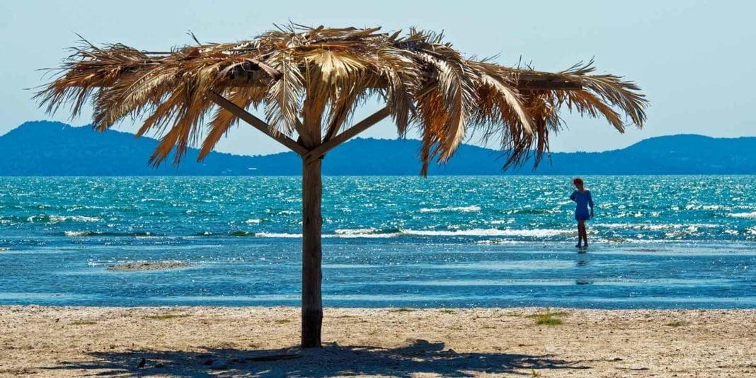 Η Ελλάδα δεύτερη παγκοσμίως στις Γαλάζιες Σημαίες! Δείτε τη λίστα με τις βραβευμένες ακτές