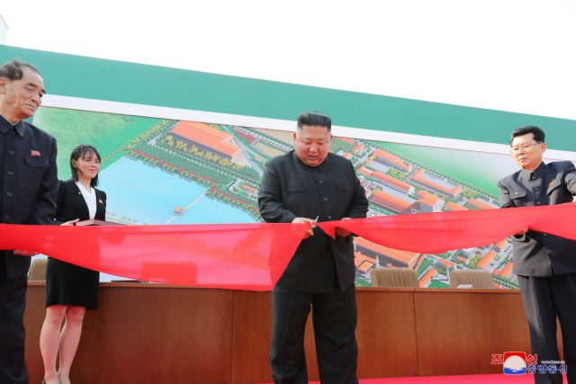 """Τέλος το """"κρυφτούλι"""" – Πρώτη δημόσια εμφάνιση του Κιμ Γιόνγκ Ουν έπειτα από 20 μέρες απουσίας"""