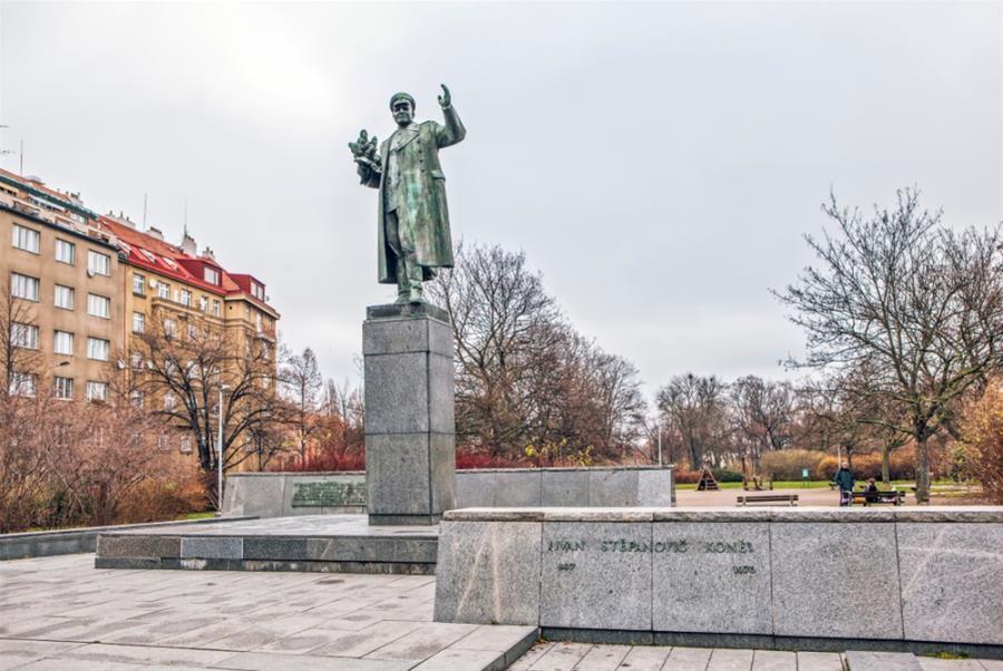 Το άγαλμα του σοβιετικού στρατάρχη και η πόλη της Πράγας