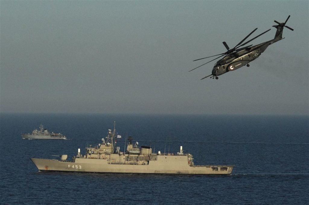 """Αποκάλυψη από την ΕΡΤ: Τουρκική φρεγάτα της προστάτευσε εμπορικό πλοίο από νηοψία ελληνικού ελικοπτέρου, παραβίαση του εμπάργκο όπλων μπροστά στην """"IRINI"""""""