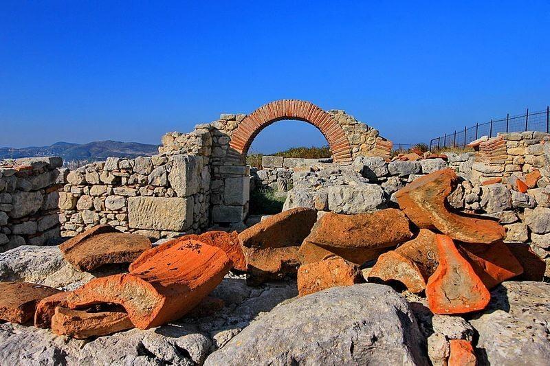 Ιταλός ιστορικός αναστατώνει την Αλβανία: «Η Βύλλιδα είναι ελληνική πόλη – Σταματήστε να βαφτίζετε τα πάντα Ιλλυρικά»