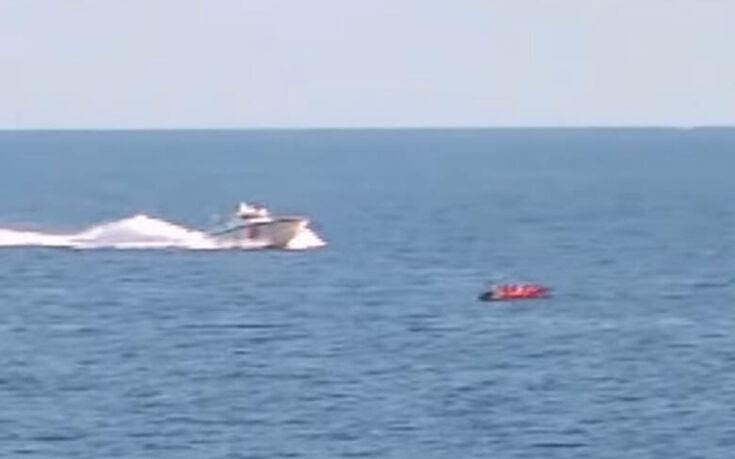 Στείλτε αυτό το βίντεο σε Ε.Ε., ΝΑΤΟ, Ύπατη Αρμοστεία του ΟΗΕ – Τρεις τουρκικές ακταιωροί οδηγούν βάρκα με αλλοδαπούς να εισβάλουν στην Ελλάδα