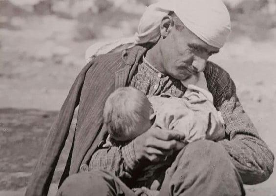 Η σπάνια φωτογραφία με έναν πατέρα να κρατά το μωρό του αγκαλιά! Το πορτρέτο του πρόσφυγα από τη Μικρά Ασία ανέτρεψε τα κοινωνικά πρότυπα απεικονίζοντας τη δυστυχία της προσφυγιάς…