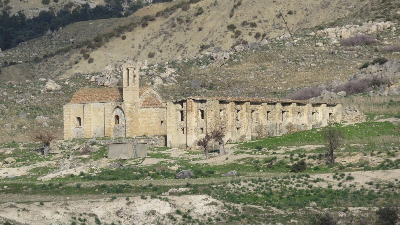 Η λεηλατημένη από τους Τούρκους Σταυροπηγιακή Ιερά Μονή της Παναγίας των Καθάρων-Λάρνακα της Λαπήθου