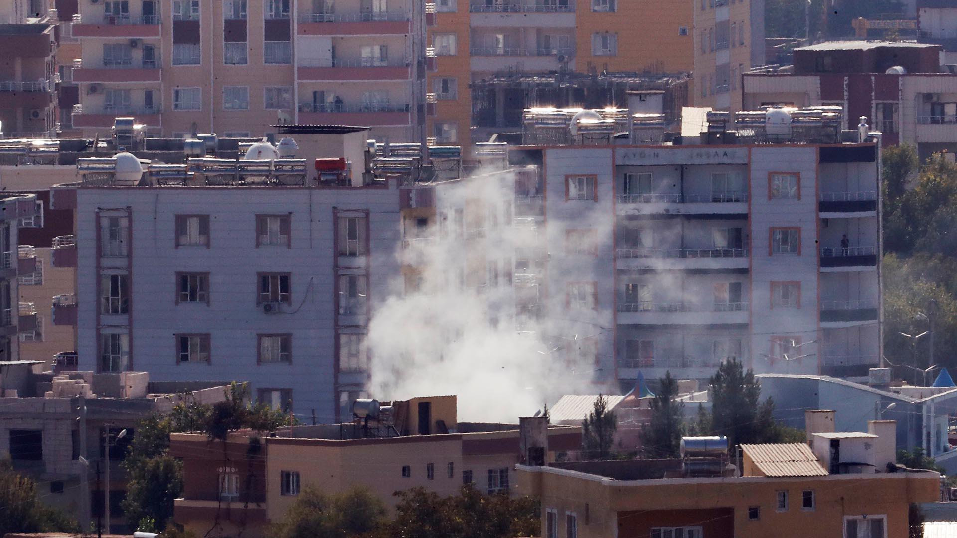 Μετά το πλιάτσικο οι μισθοφόροι των Τούρκων καίνε τα σπίτια Σύριων πολιτών στην ύπαιθρο της πόλης Ρας αλ-Άϊν.