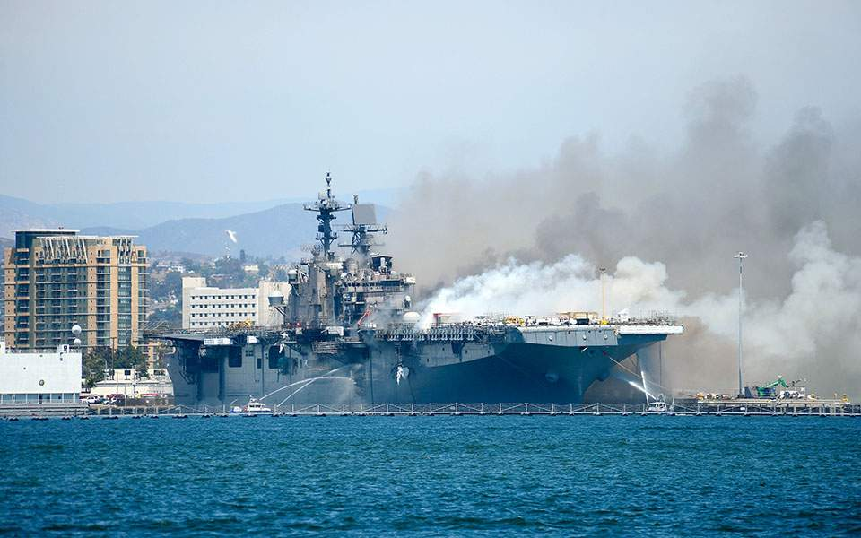 ΗΠΑ: Τουλάχιστον 21 τραυματίες έπειτα από έκρηξη και πυρκαγιά σε πολεμικό πλοίο (βίντεο)