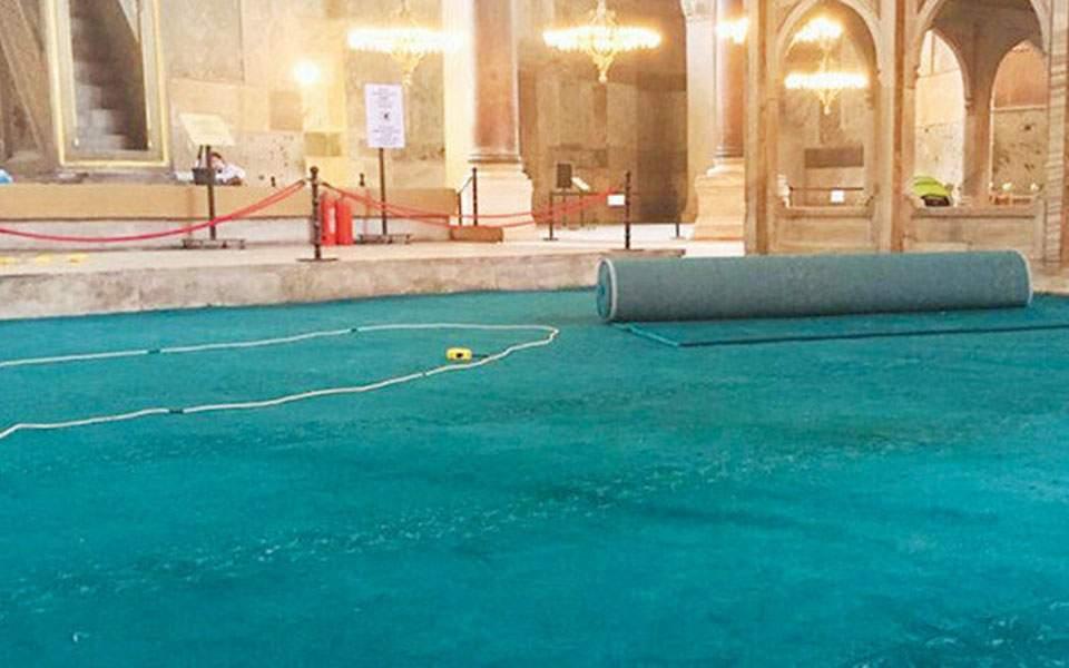 H επιτομή του κιτς! Στρώνουν τιρκουάζ χαλιά στην Αγία Σοφία ενόψει της πρώτης προσευχής