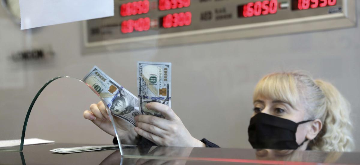 Σε ελεύθερη πτώση η λίρα – Προάγγελος εξελίξεων η συναλλαγματική κρίση
