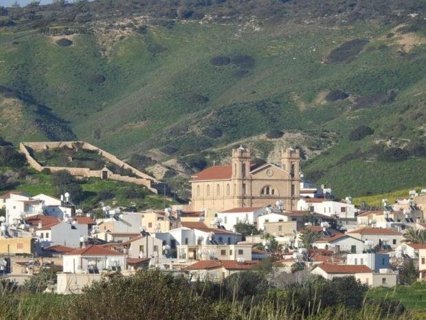ΚΥΠΡΟΣ: Θλίψη για την κατάρρευση της Αγίας Μαύρης – Προσευχή με κεριά στα ερείπια