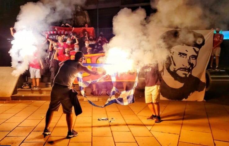Πράξη ντροπής: Κοσοβάροι οπαδοί έκαψαν την ελληνική σημαία