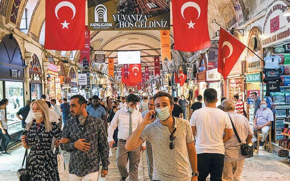 Η λίρα καταρρέει, οι Τούρκοι γίνονται ολοένα και φτωχότεροι
