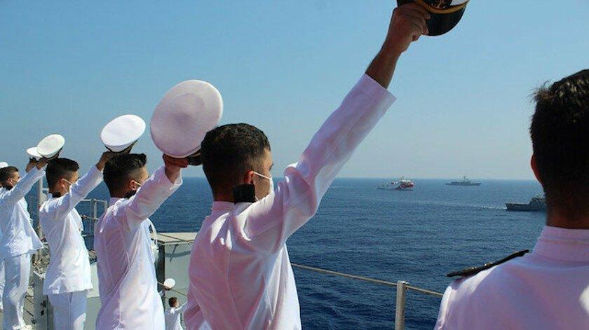 Πόσο γελοίοι; Οι Τούρκοι έβαλαν τριτοετείς δόκιμους αξιωματικούς να χαιρετήσουν το Oruc Reis
