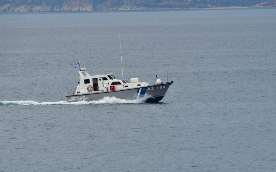 Σκάφος με μετανάστες ρυμουλκήθηκε στην Παλαιόχωρα Χανίων