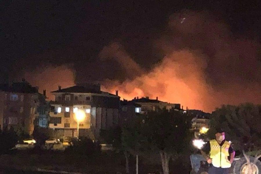 «Γιανγκίνι» στο Αϊβαλί! H φωτιά έγινε ορατή από τη Λέσβο