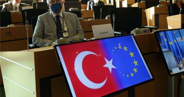 Προβοκάτσια Τσαβούσογλου στο Ευρωκοινοβούλιο: Εμφάνισε τη σημαία της ΕΕ ως ημισέληνο – Φραστικό επεισόδιο με Ανδρουλάκη