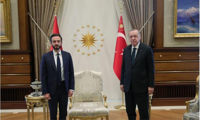 Ντροπή, τιμήθηκε ο Πρόεδρος του ΕΔΑΔ, από τον αρχιβιαστή των ανθρωπίνων δικαιωμάτων στην Τουρκία!