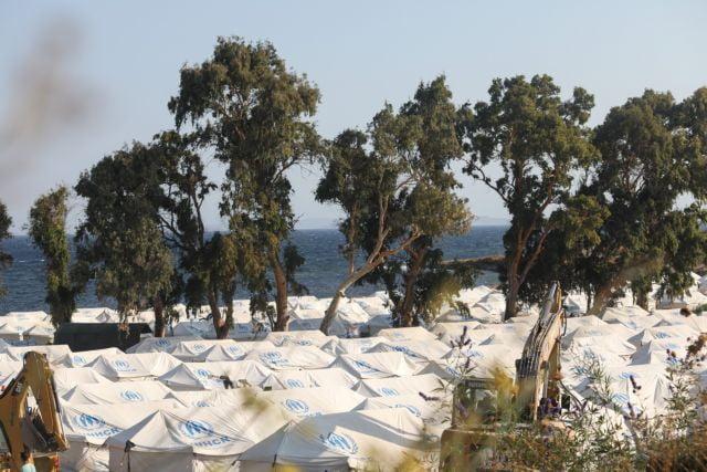 Λέσβος: Χιλιάδες πρόσφυγες αρνούνται να μπουν στον πρόχειρο καταυλισμό – φοβρούνται μια «Νέα Μόρια»