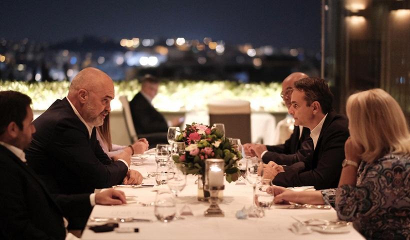 Δείπνο Μητσοτάκη-Ράμα με θέα την Ακρόπολη – Τι συζήτησαν (βίντεο)
