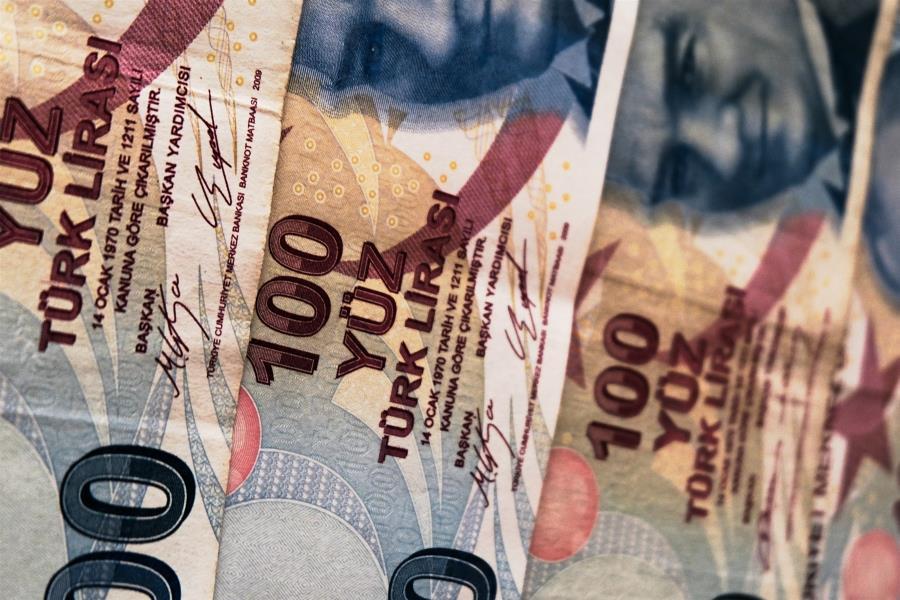 Ο Ερντογάν «εγκαταλείπει» τη λίρα – Έχασαν το 1/3 της αξίας τους οι τράπεζες