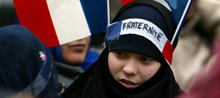 Deutche Welle: Ο δύσκολος αγώνας της Γαλλίας ενάντια στον ισλαμισμό – Η τρομοκρατία στοιχειώνει (πάλι) τη χώρα