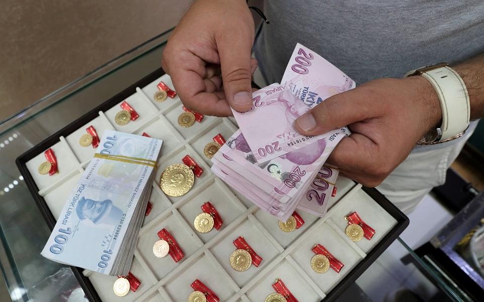 Ρετζέπ πες αλεύρι! O καταποντισμός της τουρκικής λίρας σε γυρεύει – Κόλαφος για την οικονομική πολιτική της Άγκυρας.