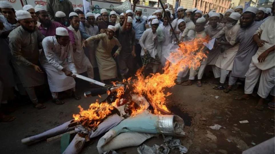 Φρίκη στο Μπαγκλαντές: Εξαγριωμένο πλήθος σκότωσε και έκαψε άνθρωπο γιατί πάτησε το Κοράνι (βίντεο)