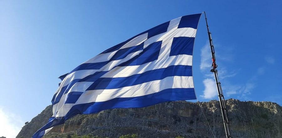 Απίστευτοι υποκριτές! Οι Τούρκοι, με τεράστια μόνιμη σημαία στον Πενταδάκτυλο, αντιδρούν με τη σημαία στο Καστελλόριζο