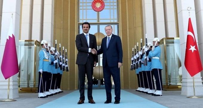 """Τουρκική λίρα: Το κόλπο γκρόσο του Ερντογάν πριν από την κατάρρευση – Πουλάει τα """"ασημικά"""" της Τουρκίας στο Κατάρ και ζητά εξωτερικές συναλλαγές σε εθνικό νόμισμα"""