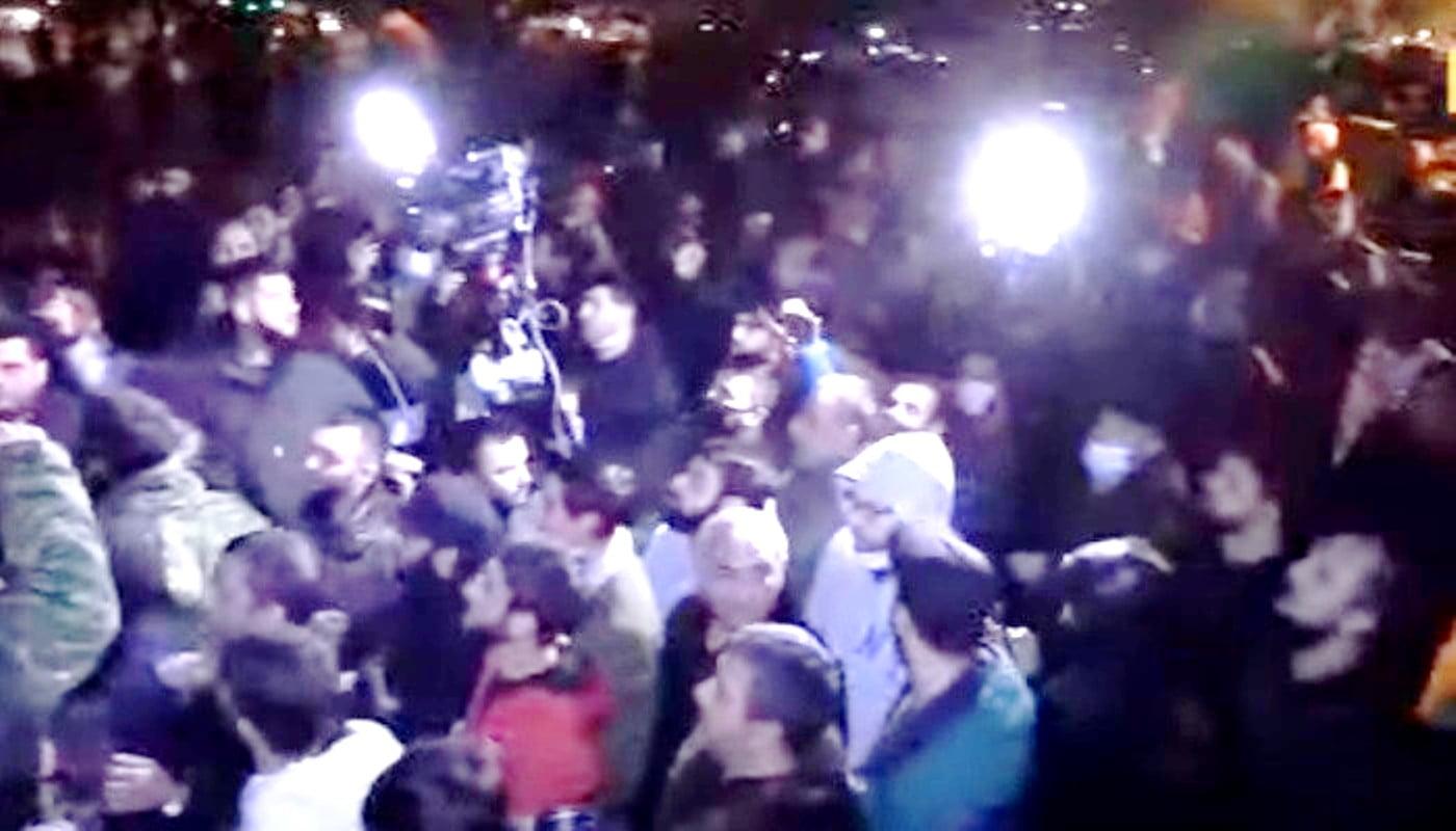 Οργισμένο πλήθος εισβάλλει στην Πλατεία Δημοκρατίας στο Ερεβάν και το Κυβερνητικό Μέγαρο