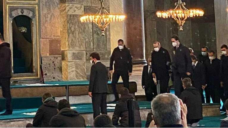 Νέο σόου Ερντογάν στην Αγιά Σοφιά: Πήγε για προσευχή πριν τη νέα navtex – Τον υποδέχθηκε ο ιμάμης (βίντεο)