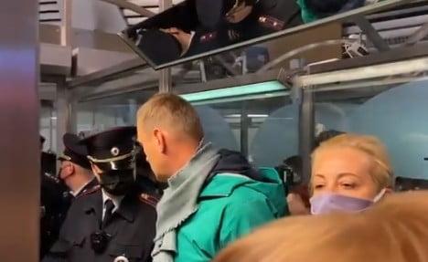 Συνέλαβαν τον Αλεξέι Ναλβάνι μόλις «προσγειώθηκε» στη Μόσχα (Βίντεο) – «Εγώ, να συλληφθώ; Είναι αδύνατον», είχε δηλώσει κατά την αναχώρηση