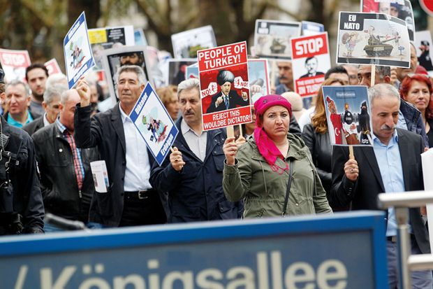 Τούρκοι πρόσφυγες ακαδημαϊκοί, θύματα παραβιάσεων ανθρωπίνων δικαιωμάτων