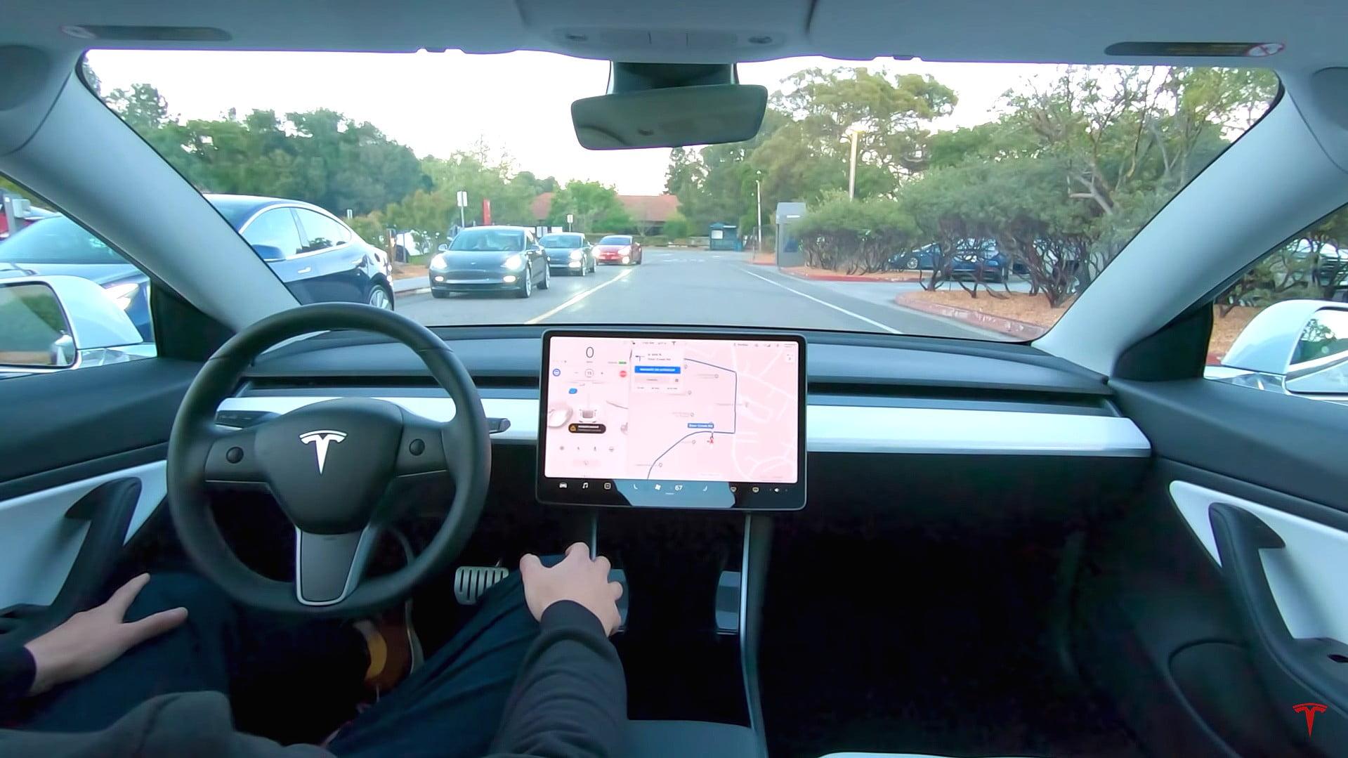 Οδηγώντας ένα Tesla χωρίς χέρια για 613χλμ!