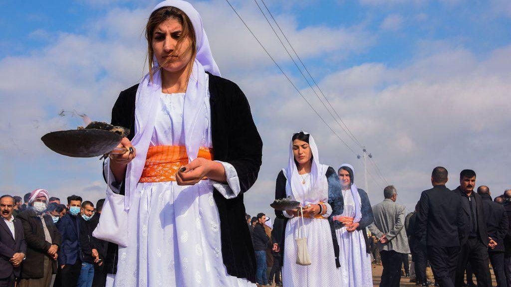 Η κοινότητα Γεζίντι του Ιράκ θάβει 104 θύματα σφαγής του ISIS