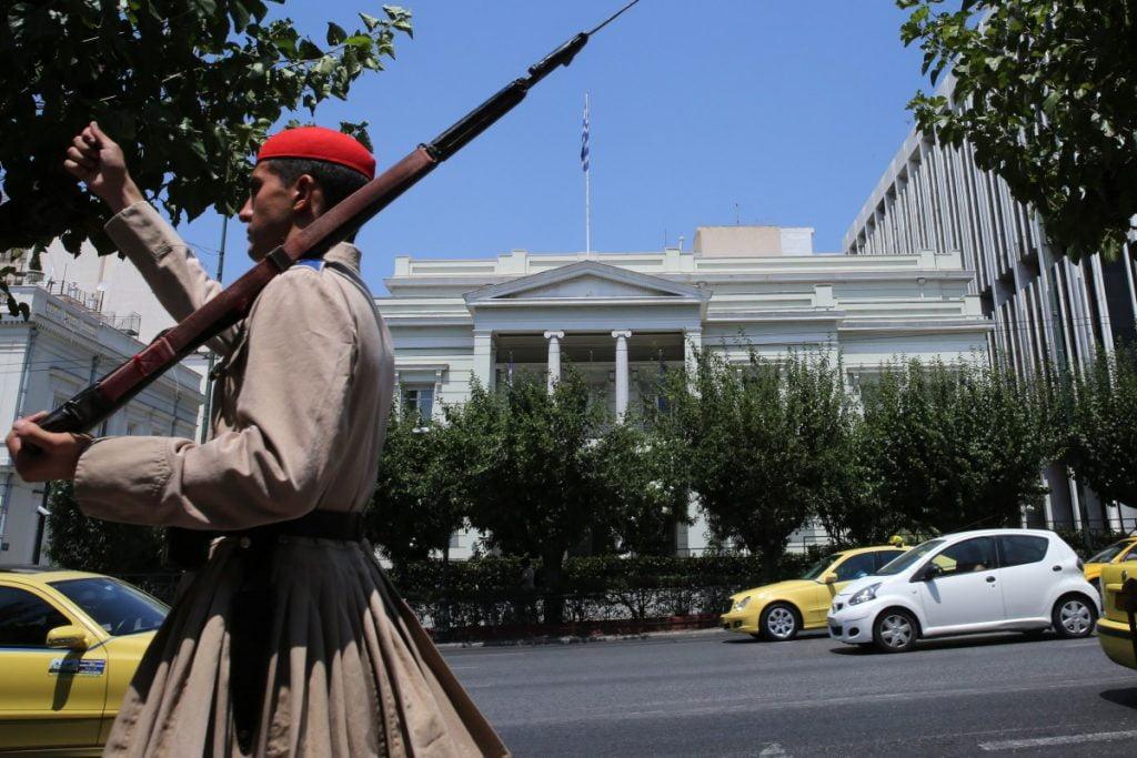 Πως ο εκ των έσω υβριδικός πόλεμος αυτοκαταργεί την Ελλάδα