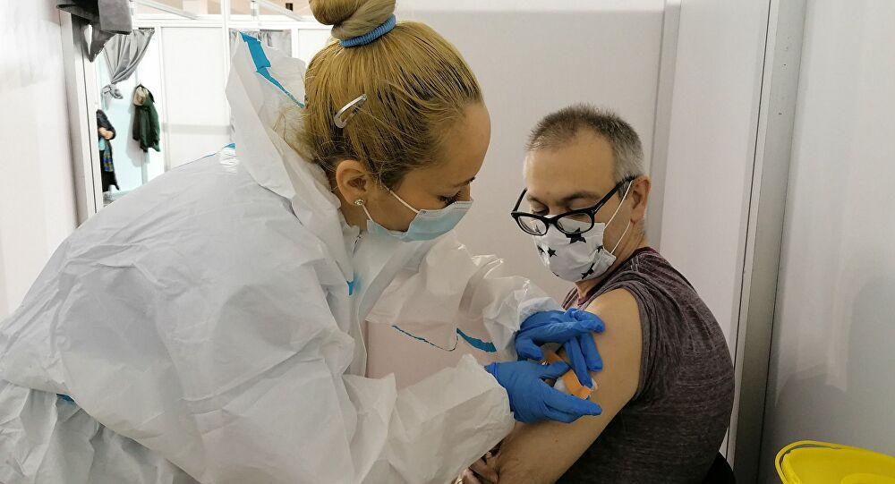 Αυτό κάνουν τα οργανωμένα κράτη – Η Ρωσία εμβολιάζει όλους πολίτες της έως τον Ιούνιο