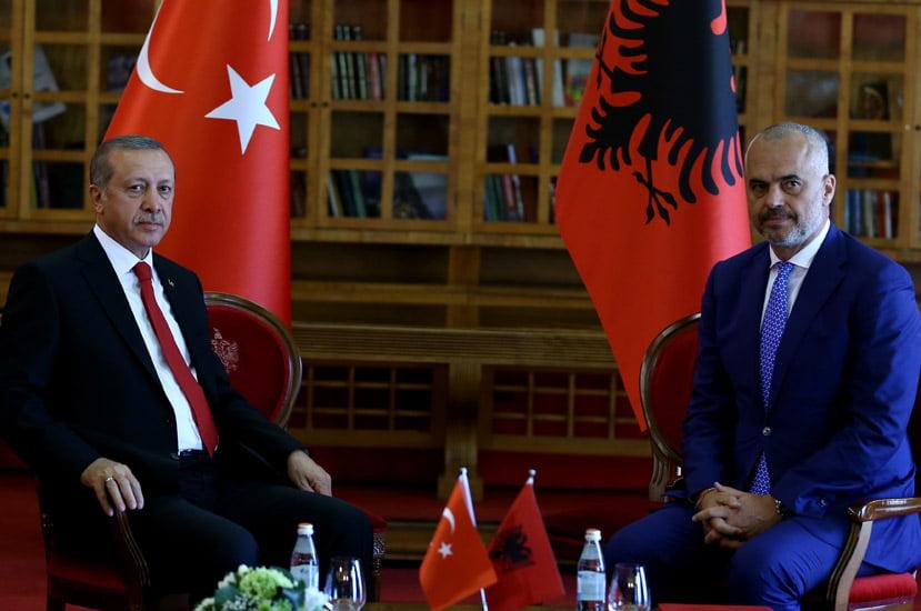 Πώς ο Ράμα βοηθά την Τουρκία να εκτουρκίσει την Αλβανία
