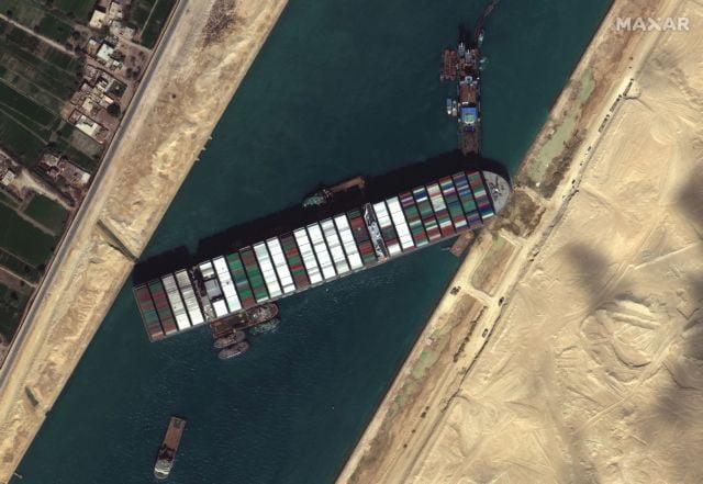 Διώρυγα του Σουέζ: Έκτη μέρα «σφηνωμένο» το Ever Given – Ελπίζουν στην παλίρροια