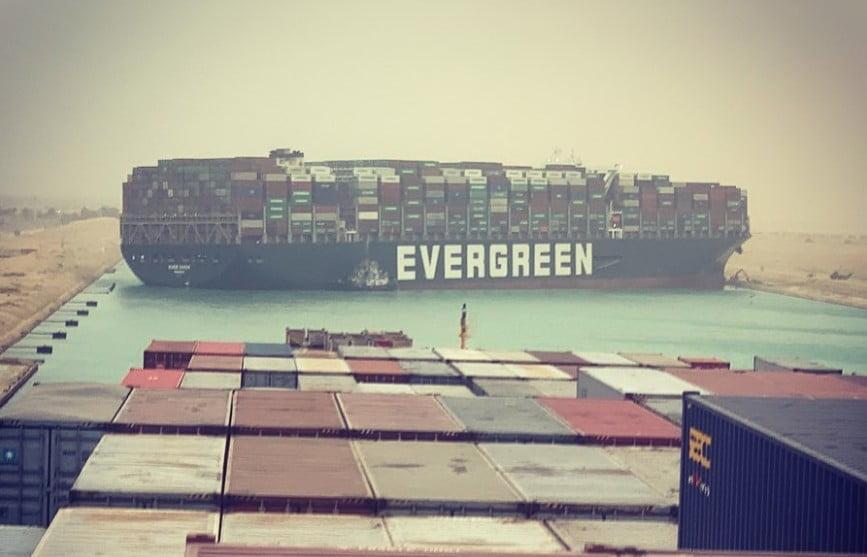 Διώρυγα του Σουέζ: Κινήθηκε η πρύμνη του Ever Given – Σε λειτουργία το πηδάλιο – Δείτε βίντεο πώς κόλλησε το πλοίο
