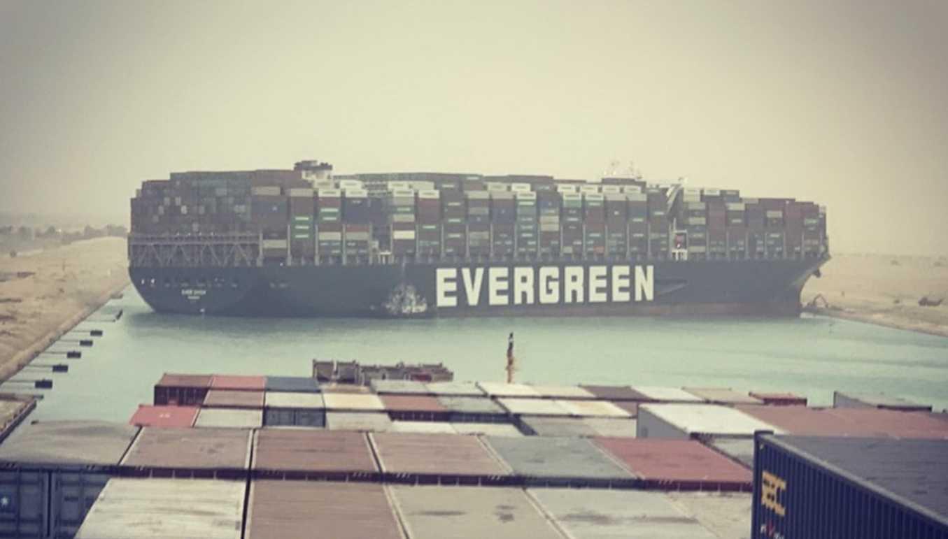 Διώρυγα του Σουέζ: Οικονομική ζημιά 10 δισ. δολαρίων ημερησίως από την «ασφυξία» που προκαλεί το γιγαντιαίο πλοίο