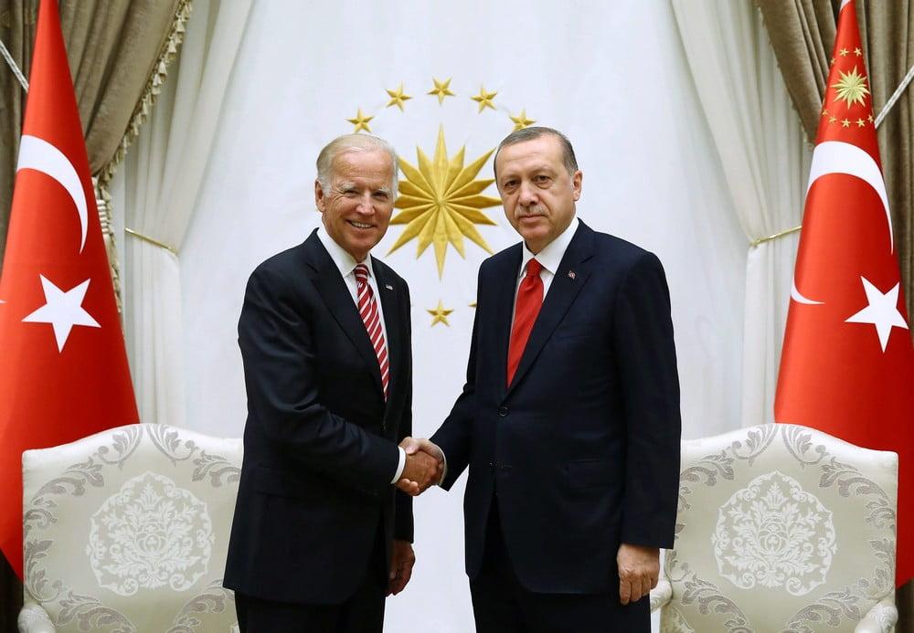 Business Insider: Ο Ερντογάν προσπαθεί απεγνωσμένα να τραβήξει την προσοχή του Μπάιντεν, αλλά εκείνος τον αγνοεί